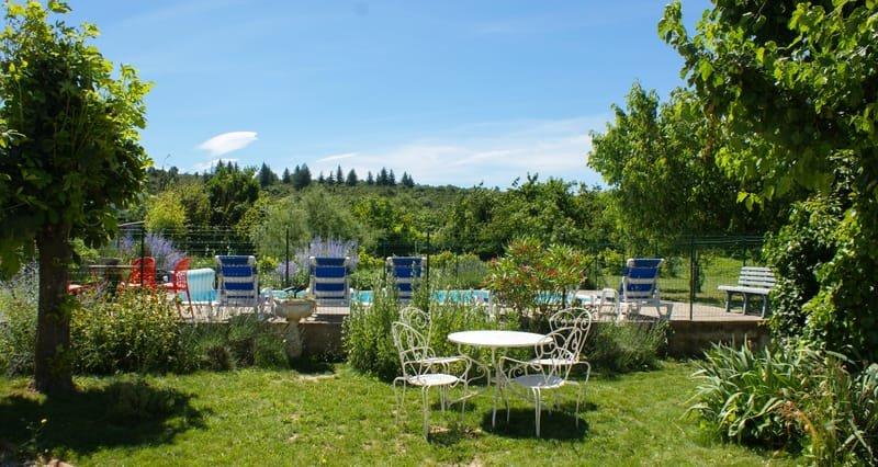 Une piscine chauffée dans un parc ombragé