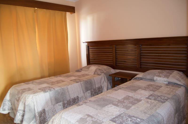 Cada cabaña cuenta con dos habitaciones amplias,  con camas sommier de primera calidad, placard con zapatero, mesa de luz con velador y cortinas black out para garantizar el descanso perfecto
