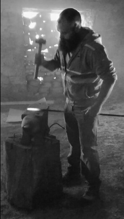 Un artisan ferronnier