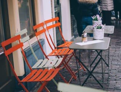 הדף השבועי: בין הכיסאות