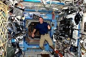Question n°41 : Pourquoi les astronautes et leurs matériels flottent-t-ils dans la station ISS ?