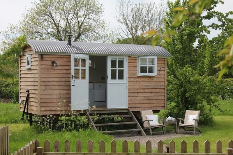 BaaBaa Huts - 0.8 Miles to E&M Glass